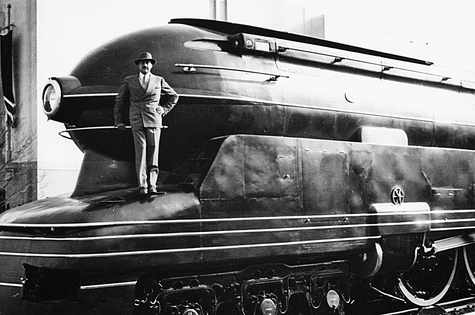 Raymond Loewy y su flamante Pennsylvania Railroad's S1 steam locomotive